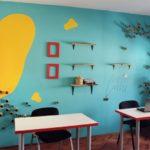 bureau bleu et jaune