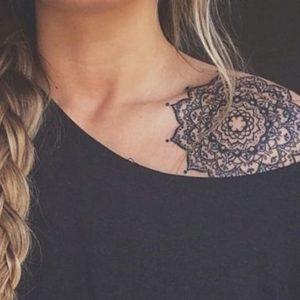 Tatouage Mandala sur l'epaule