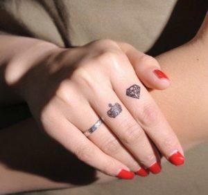 Tatouage doigt bijoux