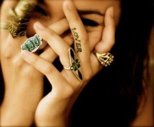 Tatouage sur doigt love