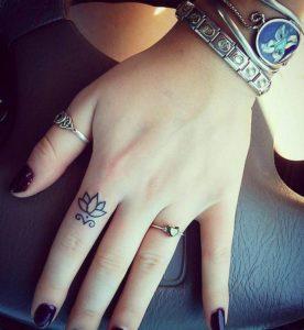 Tatouage sur doigt bague