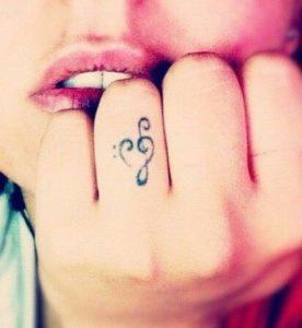 Tatouage doigt musique