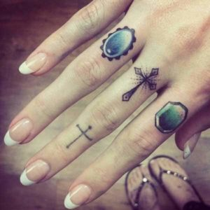 Tatouage doigt croix