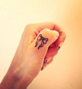 Tatouage doigt noeud