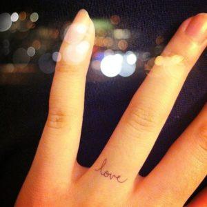 Tatouage doigt love