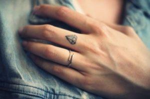 Tatouage doigt courone