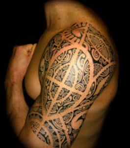 Tatouage maori bras epaule
