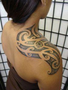 Tatouage maorie femme epaule