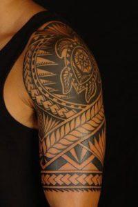 Tatouage maorie femme bras