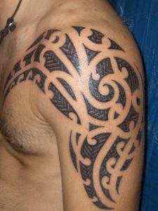 Tatouage de maorie bras