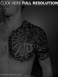 Tatouage de maorie pec epaule