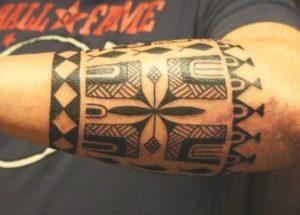 Tatouage maorie sur le bras