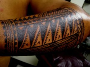 Tatouage maorie avant bras homme