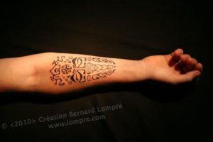 Tatouage maorie avant bras homme jambe