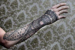 Tatouage maorie avant bras homme main