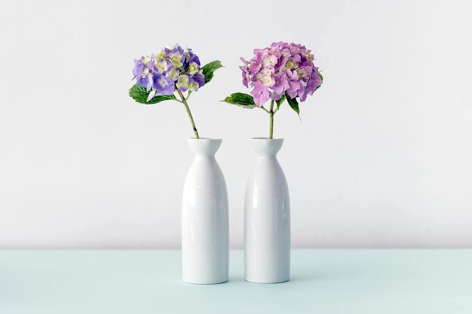 Table en céramique avec fleur