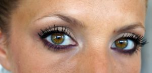 Maquillage nude yeux marron discret