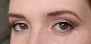 Maquillage nude yeux marron fin