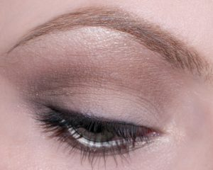 Maquillage nude yeux marron tres discret