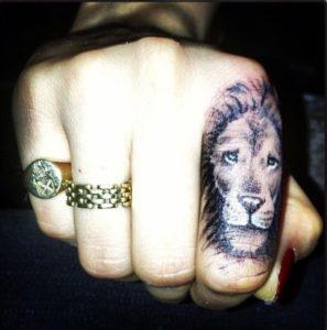 Tatouage doigt homme lion