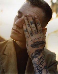 Tatouage doigts homme