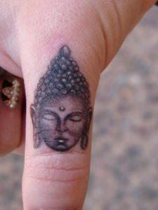 Tatouage doigt homme bouddha