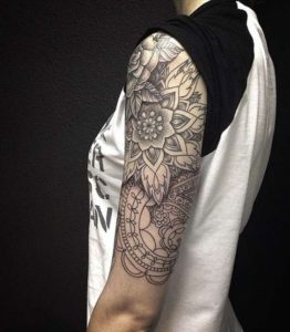 Tatouage mandala bras femme