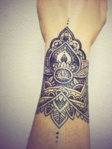 Tatouage de mandala sur le bras