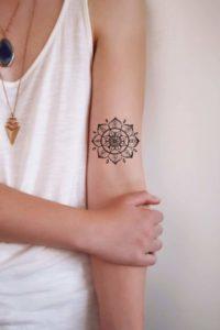Tatouage de mandala bras discret