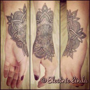 Tatouage de mandala bras sur la main