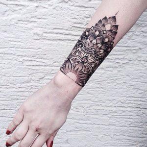 Tatouage de mandala bras
