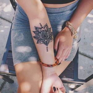 Tatouage mandala bras fille