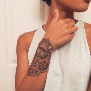 Tatouage mandala bras poignet