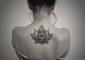 Tatouage mandala dos fleur