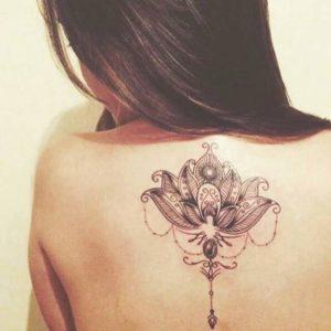 Tatouage mandala dos bijoux