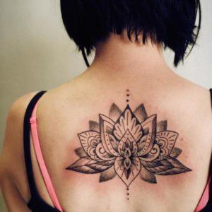 Tatouage mandala dos avec fleur