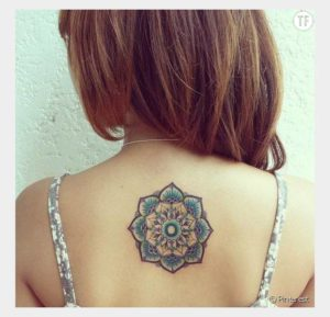 Tatouage mandala dos bleu