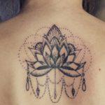 Tatouage de mandala dans le dos