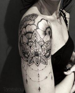 Tatouage mandala epaule bijoux