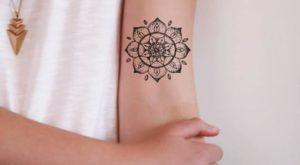 Tatouage mandala epaule fleur