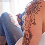 Tatouage mandala epaule facon bijoux