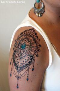 Tatouage mandala epaule bijoux bleu