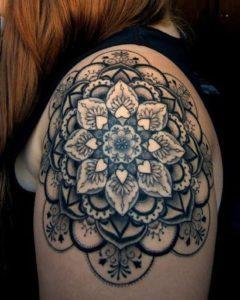 Tatouage mandala epaule magnifique