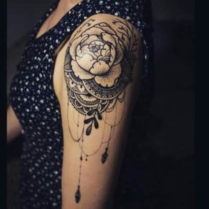 Tatouage mandala epaule rose