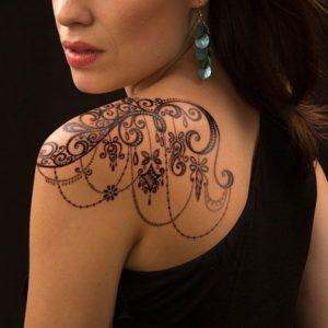 Tatouage mandala sur epaule et dos