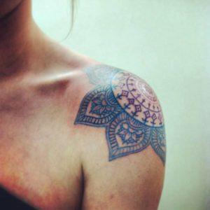 Tatouage mandala epaule bleu