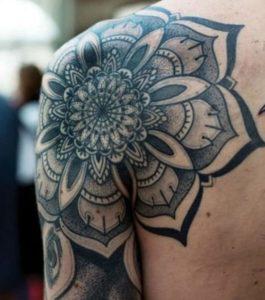 Tatouage mandala toute l'epaule