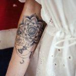 Tatouage mandala femme avant bras bijoux