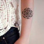 Tatouage mandala femme avant bras discret