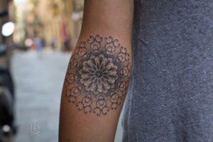 Tatouage mandala femme interieur avant bras